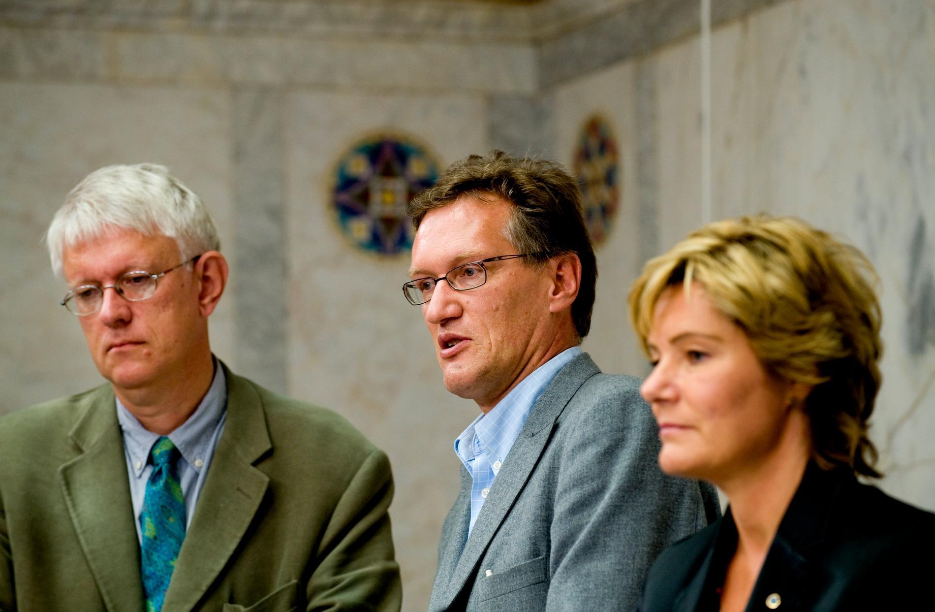 Johan Carlson, Anders Tegnell och Maria Larsson håller pressträff med anledning av det pågående utbrottet av svininfluensan i september 2009.