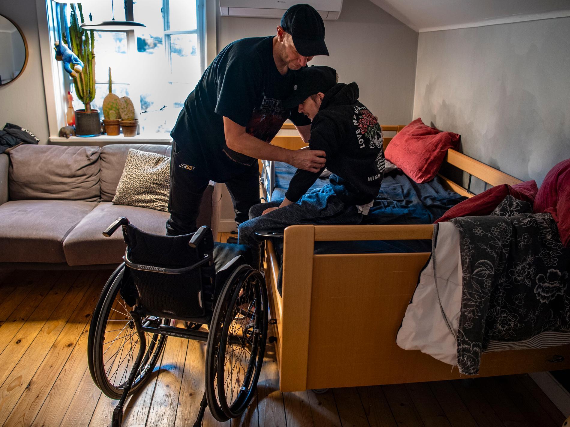 Jimmi Lännerholm behöver hjälp av sin assistent Marko Keskinen för alla vardagsbehov.