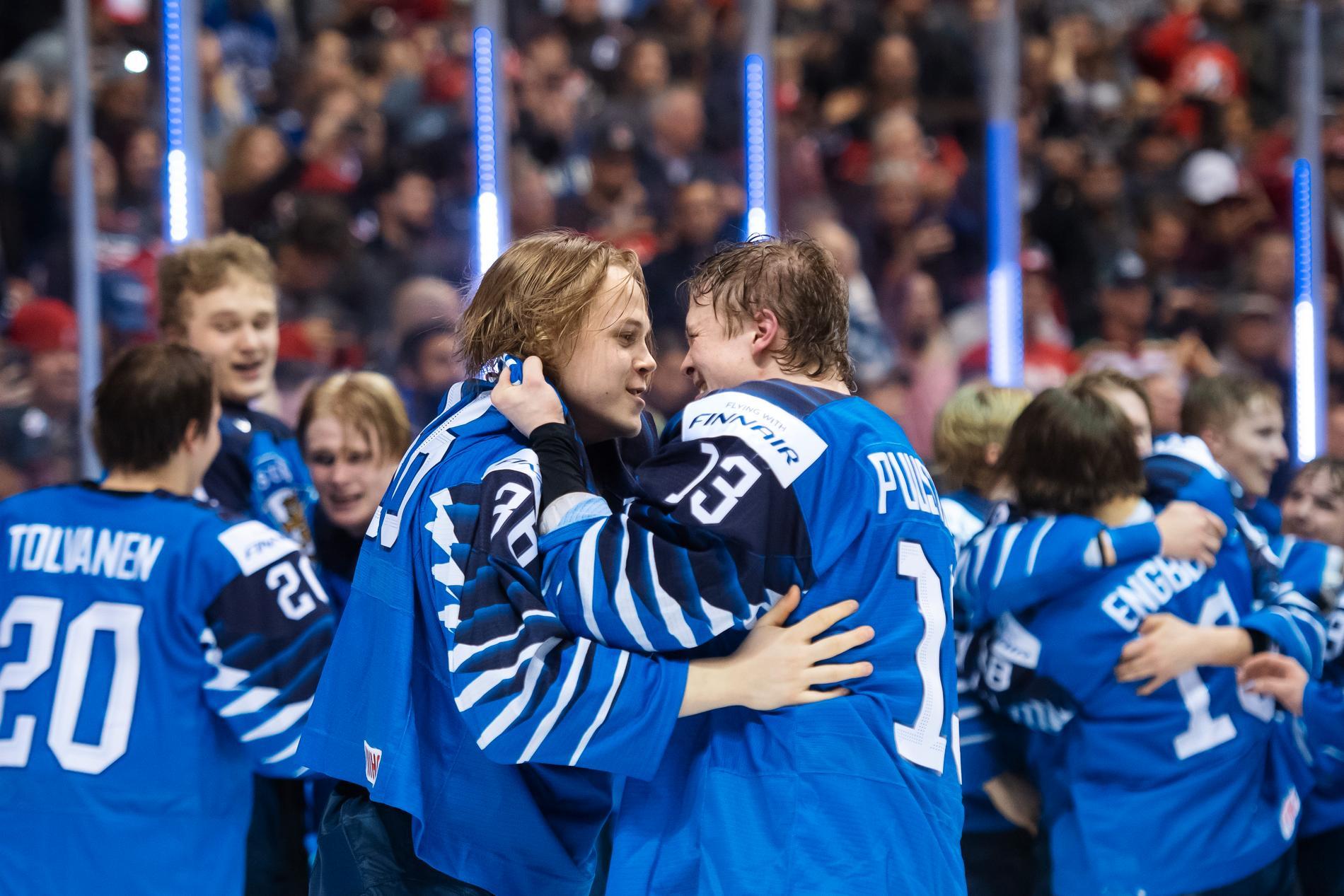 Valtteri Puustinen (höger) firar JVM-guld med Finland 2019.