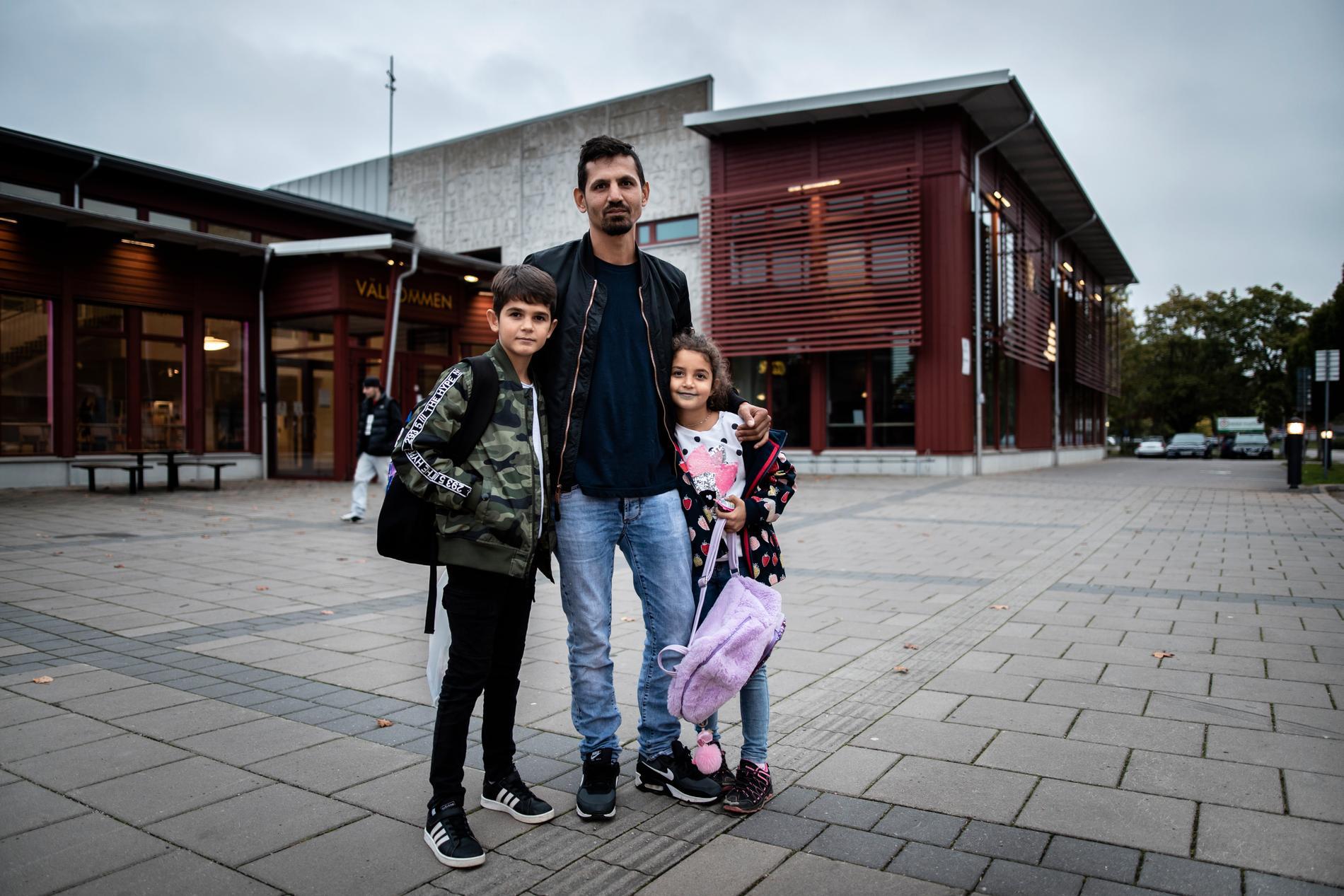 Nasuf Latifi, med barnen Edison, och Jasmina, tycker förslaget att blanda elever på olika skolor är toppen.