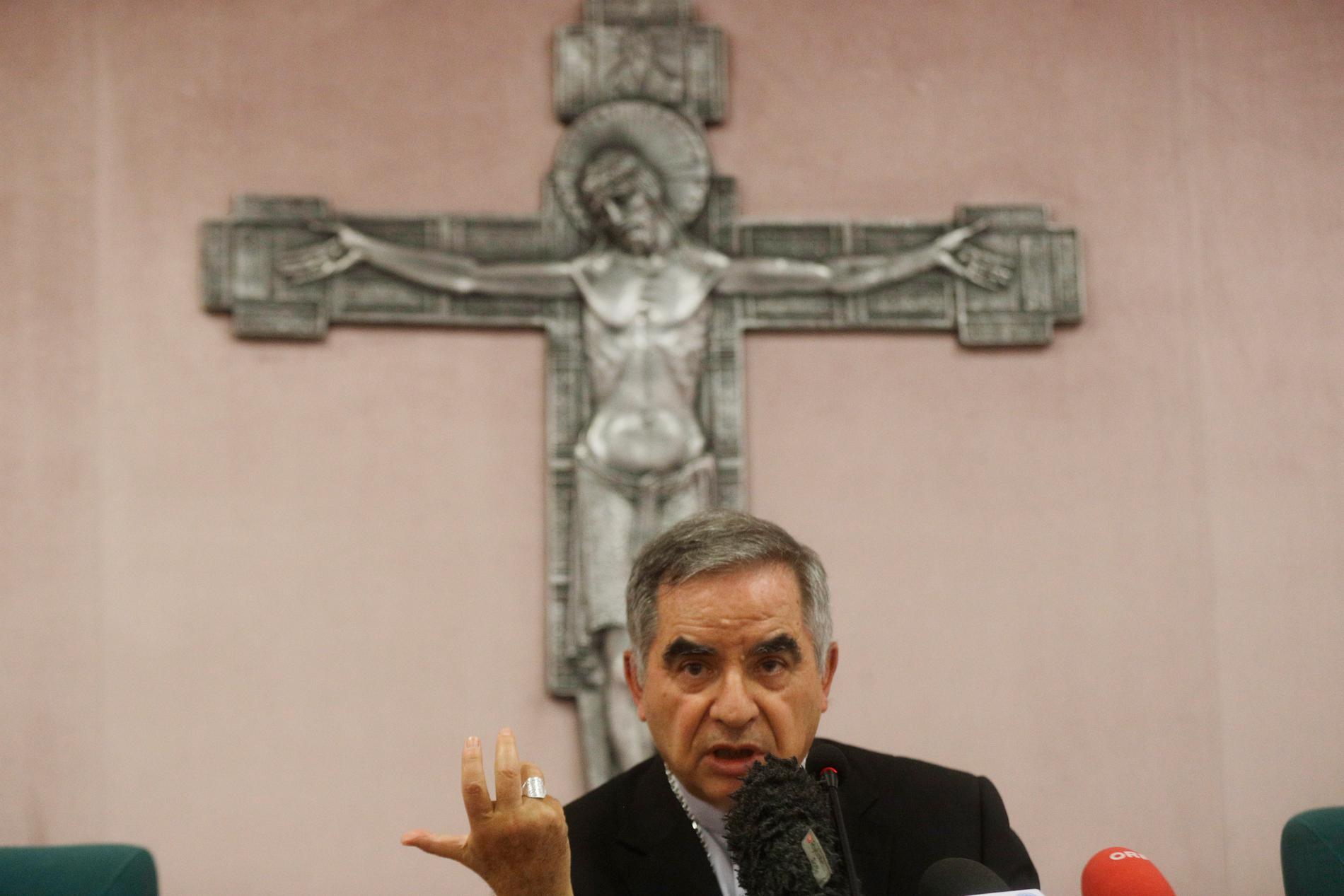 Tidigare kardinalen Angelo Becciu vid en presskonferens i september, efter att han blivit av med sin titel. Arkivbild.