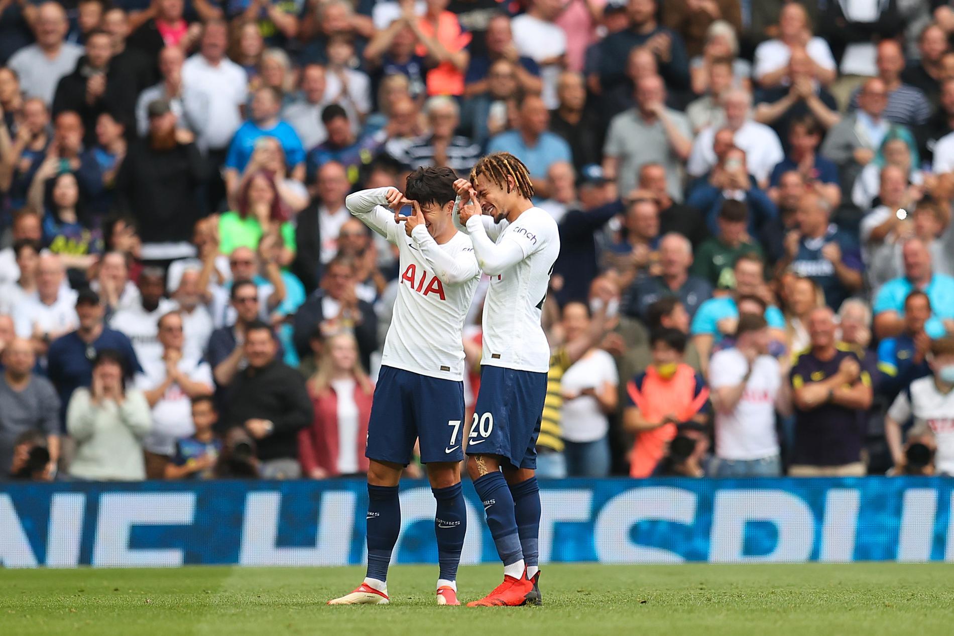 Heung-Min Son och Dele Alli firar efter Son mål i vad som blev lagets tredje raka 1–0-seger.