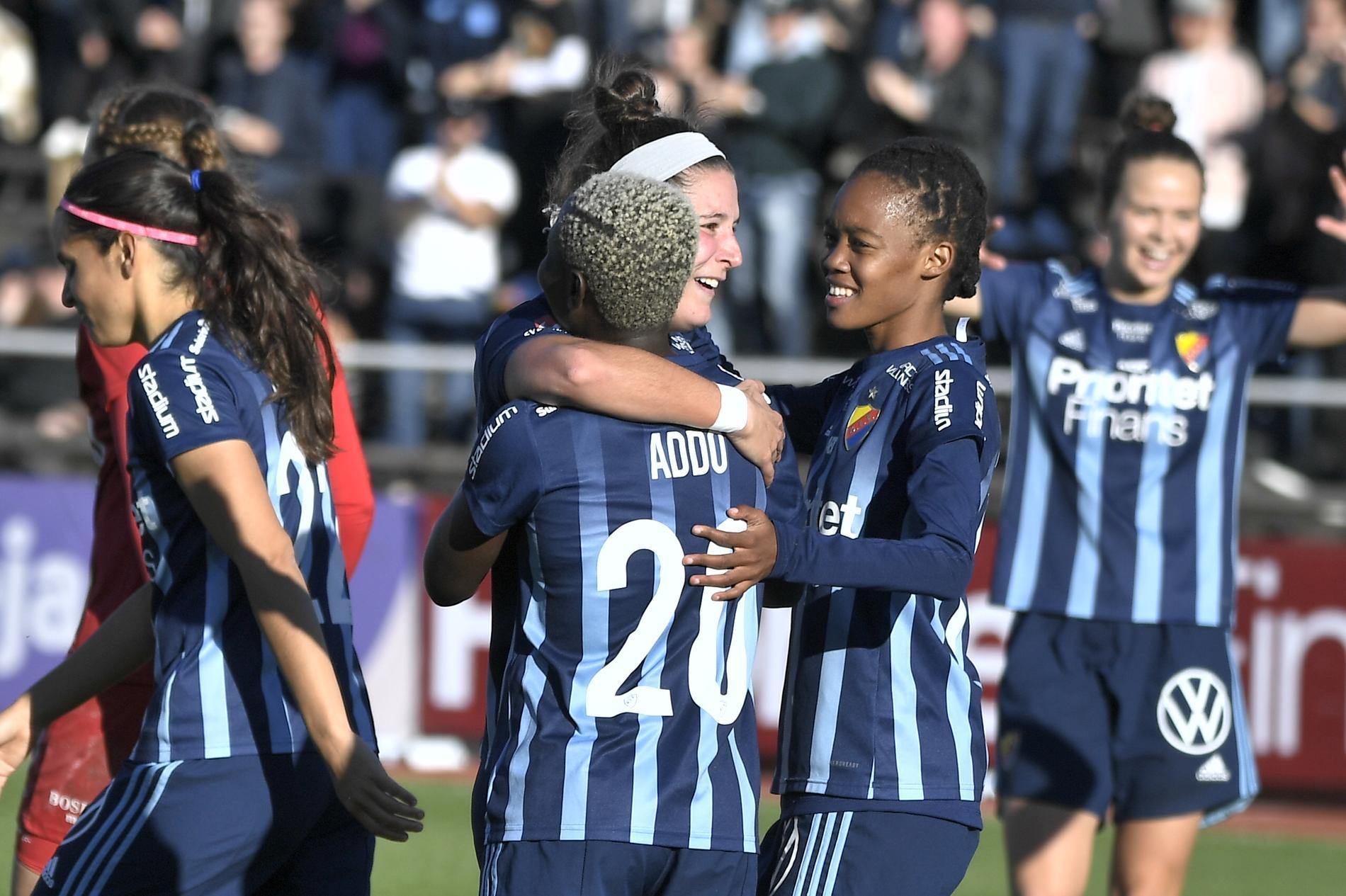 Djurgårdens Hayley Dowd kramas om efter sitt 2–0-mål.