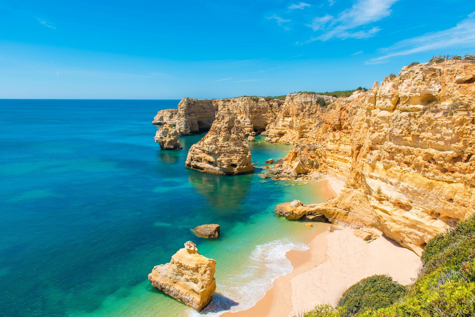 Stranden Praia da Marinha är känd för sin skönhet.