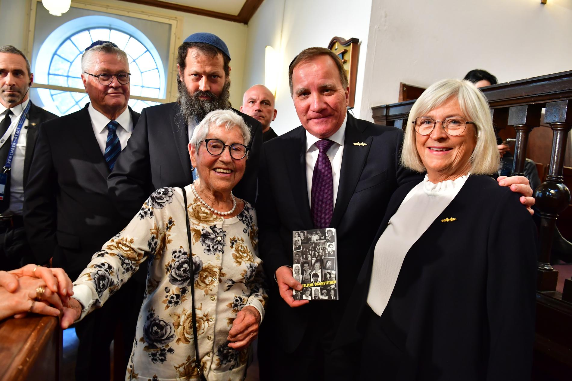Stefan Löfven med fru Ulla träffar överlevaren Lea Gleitman (längst fram), under besöket i Malmö synagoga på tisdagen, inför förintelsekonferensen Malmöforumet.
