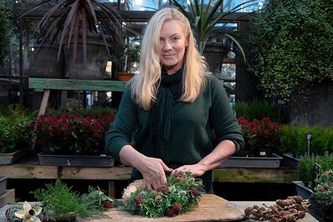 – Julkransen är ett hantverk, och det finns en stor tillfredsställelse i det när man är klar. Därför är en krans också en fin gåva. Det är en present du har lagt tid och kärlek på, säger blomsterkonstnären Mona Blom .