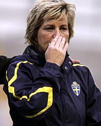 """I tårar. Marika Domanski Lyfors hade svårt att hålla tårarna tillbaka efter sin sista match som huvudansvarig för landslaget. """"Den här kvällen kommer att vara väldigt ledsam, det blir ju den sista med gänget"""", säger kaptenen."""