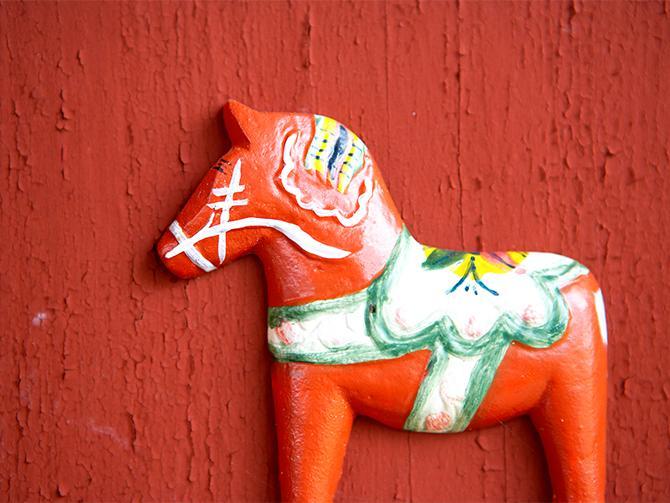 Hos Nils Olssons hemslöjd som ligger i Nusnäs ungefär en mil utanför Mora, får du följa med i processen av dalahästtillverkning, från en träbit till en häst.