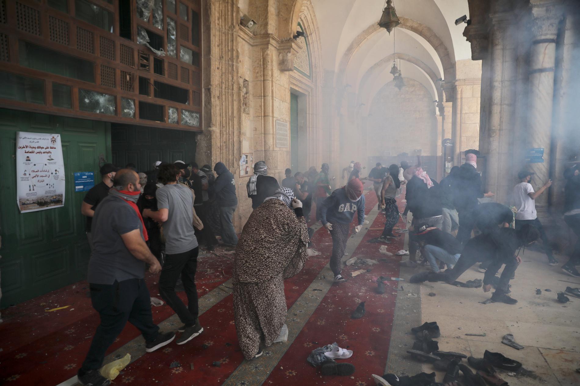 Palestinier under sammandrabbningar med israeliska säkerhetsstyrkor vid al-Aqsamoskén i måndags.
