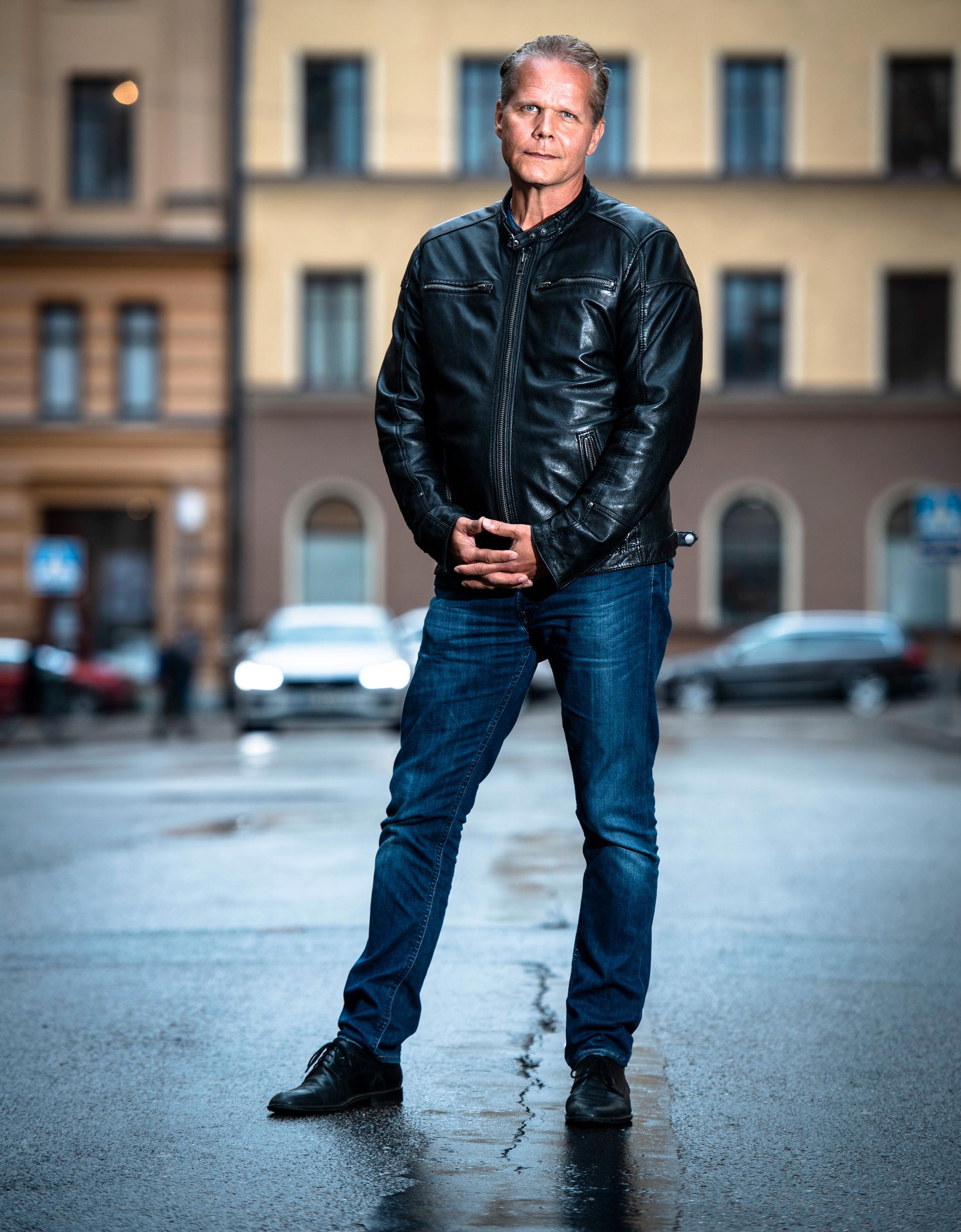 Kaj Linna har startat ett investeringsprojekt där han försöker få låginkomsttagare att satsa pengar i en okänd kryptofond.