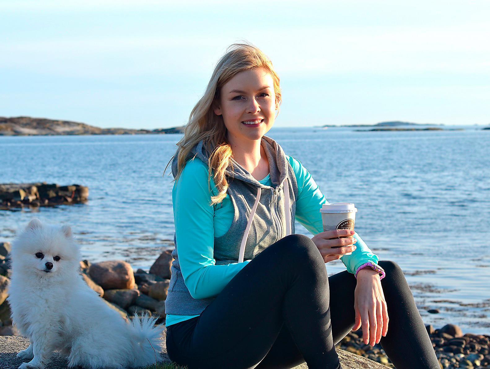 Min bästa stund på dagen – med en kaffe i handen efter en löprunda med hunden på klipporna.