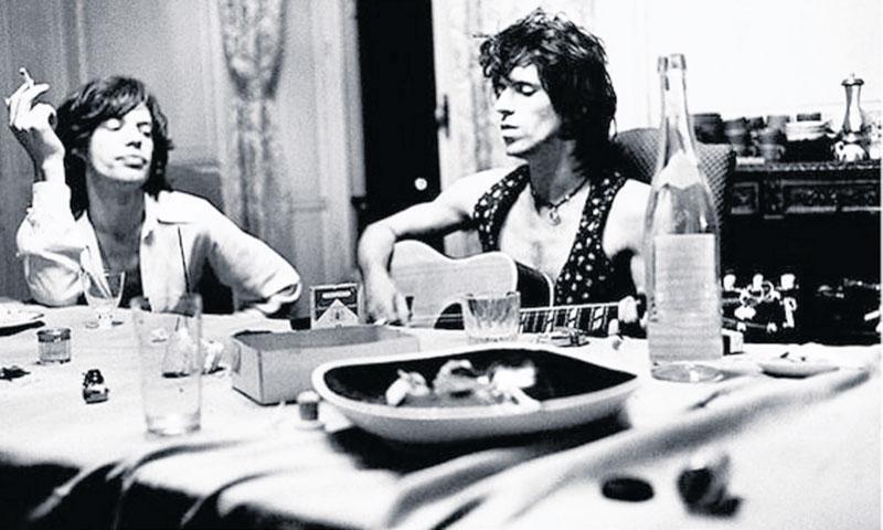 Helgonförklarad Rockhistoria Mick Jagger och Keith Richards på plats i den slottsliknande herrgården Nellcôte vid Villefranche-surmer i Frankrike för 40 år sedan. I källaren skapade de tidernas bästa rockalbum. Foto: Dominique Tarlé/Universal
