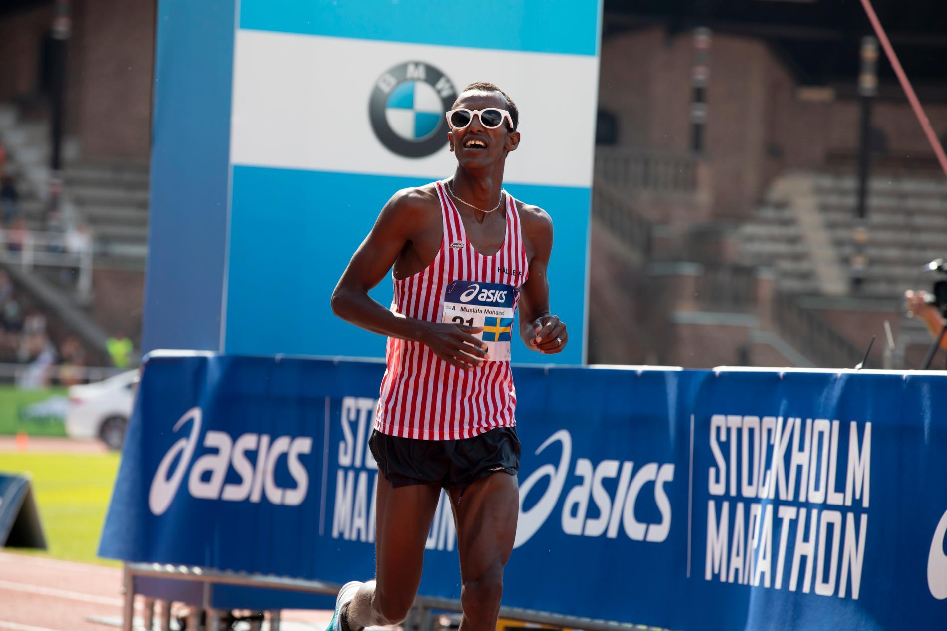 Mustafa Mohamed korsar mållinjen som första svensk i Stockholm marathon 2018.