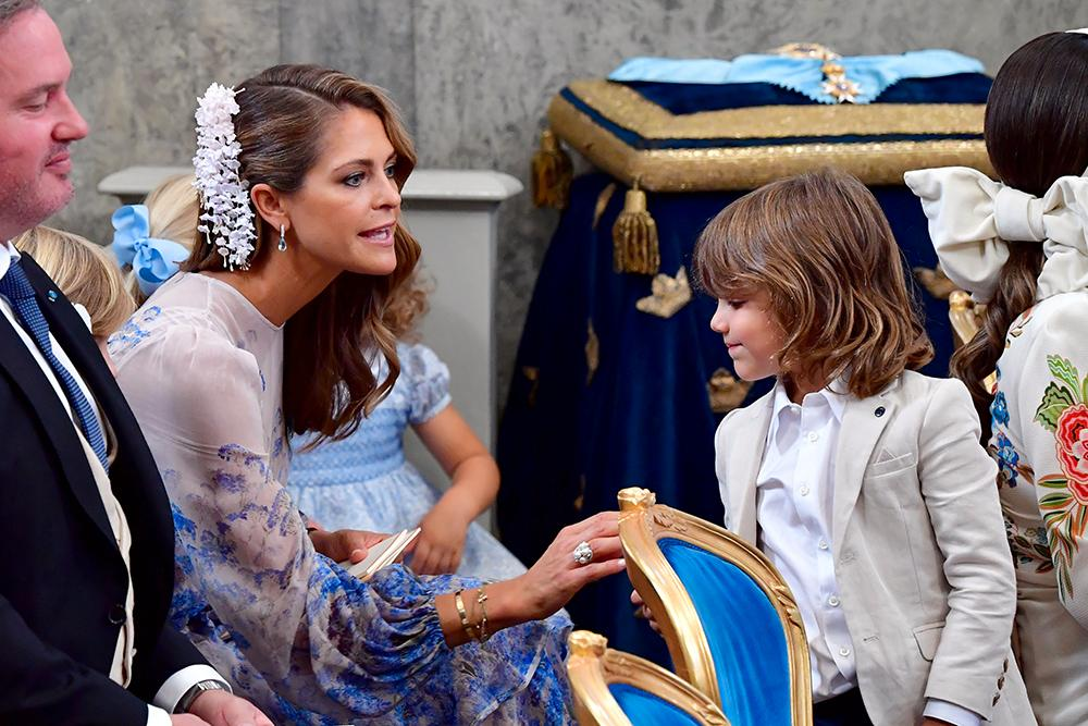 Prinsessan Madeleine förmanar prins Alexander och de andra barnen.