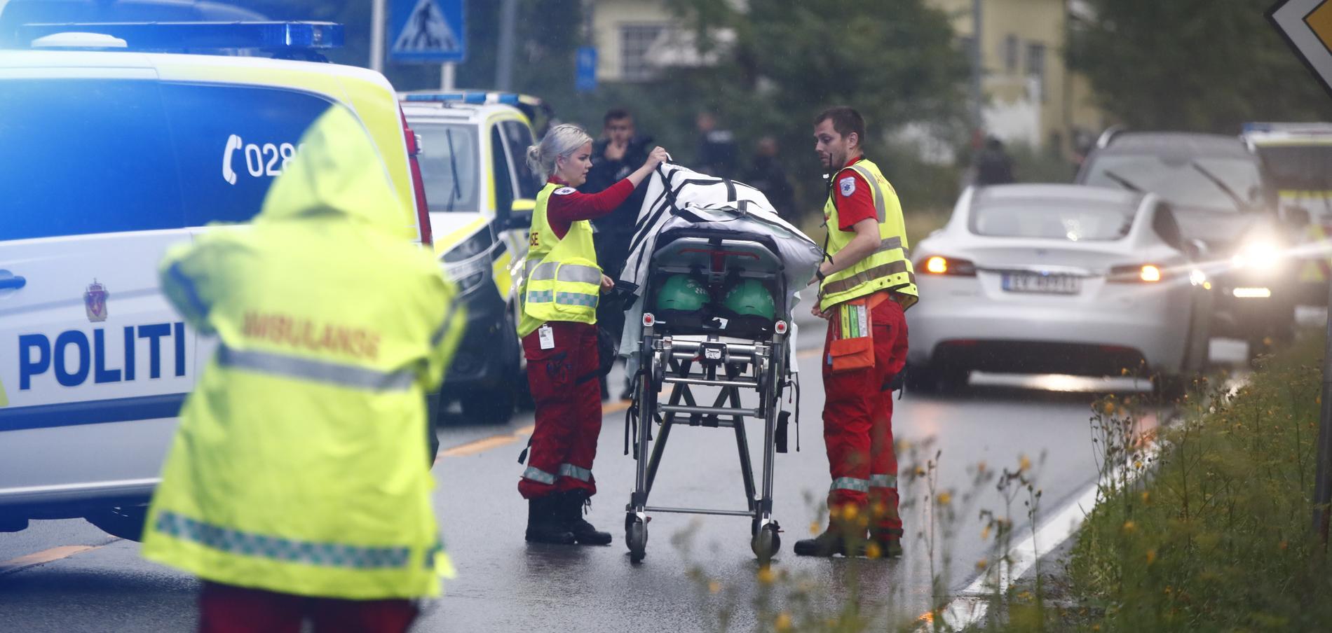 Sjukvårdspersonal efter skjutningen i en moské utanför Oslo i lördags.