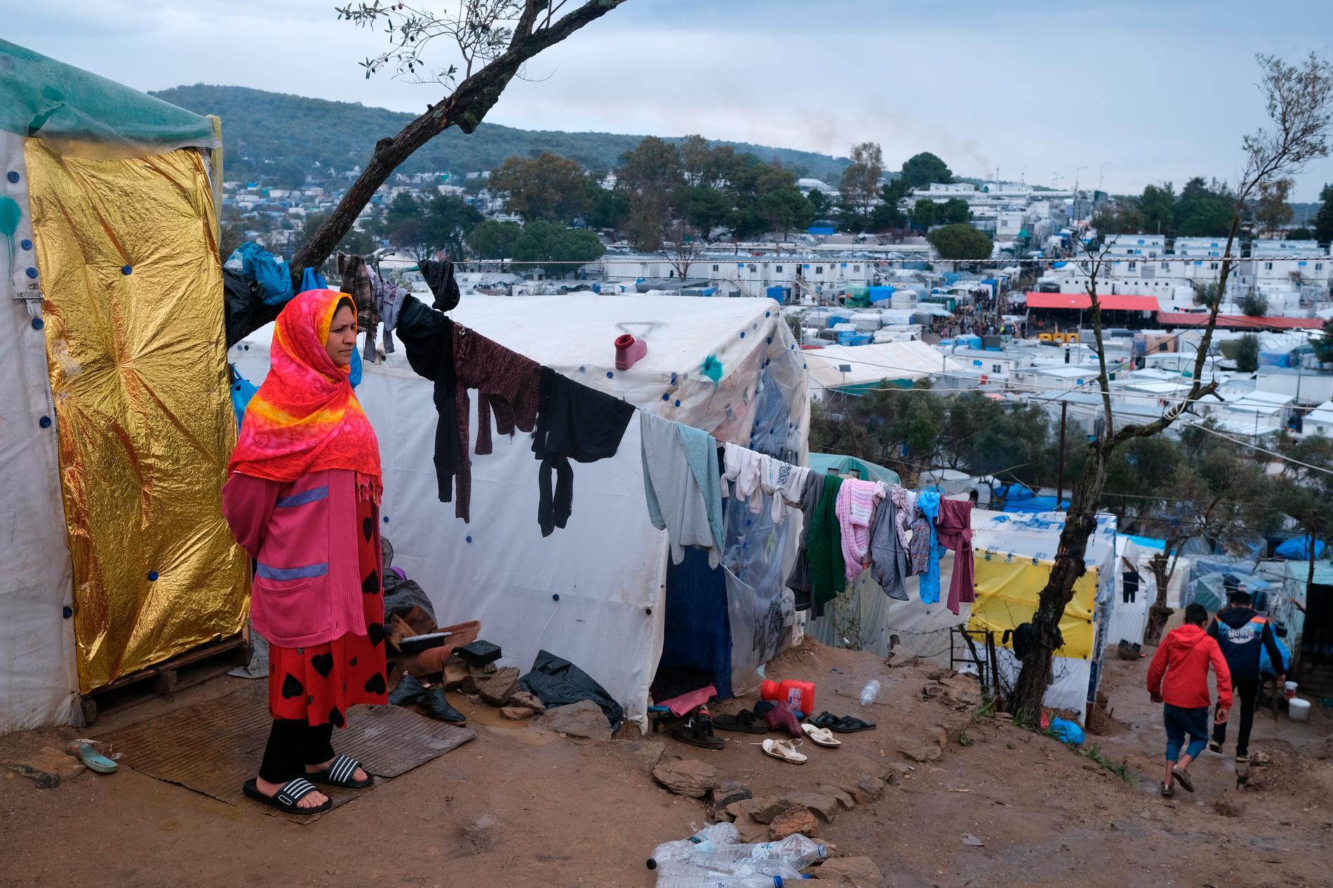 En migrant vid ett provisoriskt tält utanför det överfulla flyktinglägret Moria på ön Lesbos i Grekland. Arkivbild.