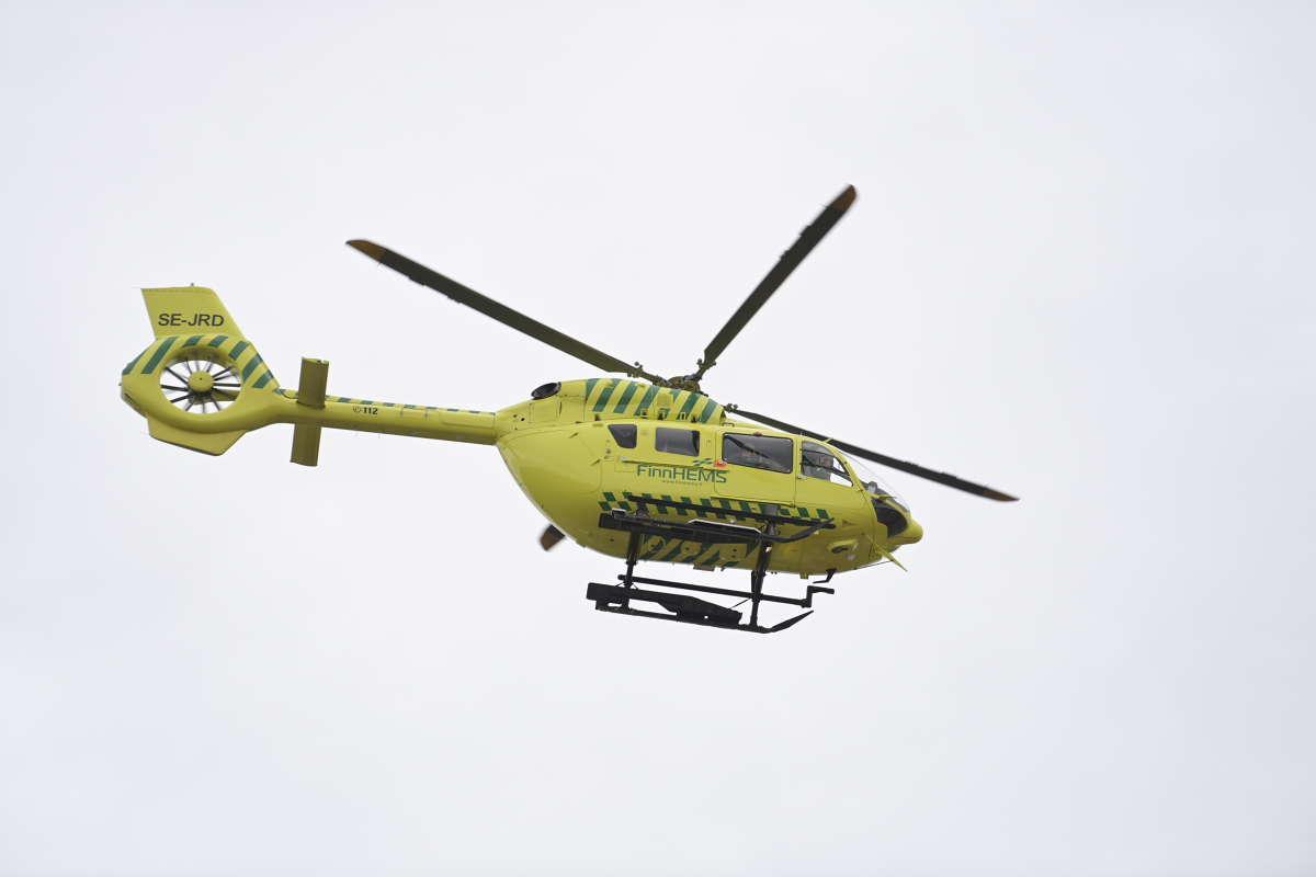Ambulanshelikopter på platsen.
