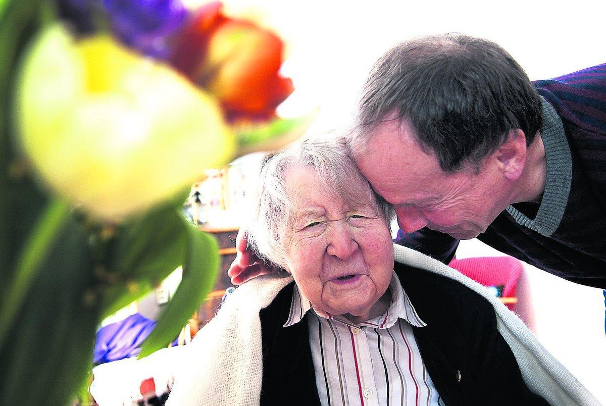 Upplevde hela 1900-talet Aftonbladet gratulerade 110-åriga Maria Eriksson med en blombukett hemma på Tallgårdens boende i går.