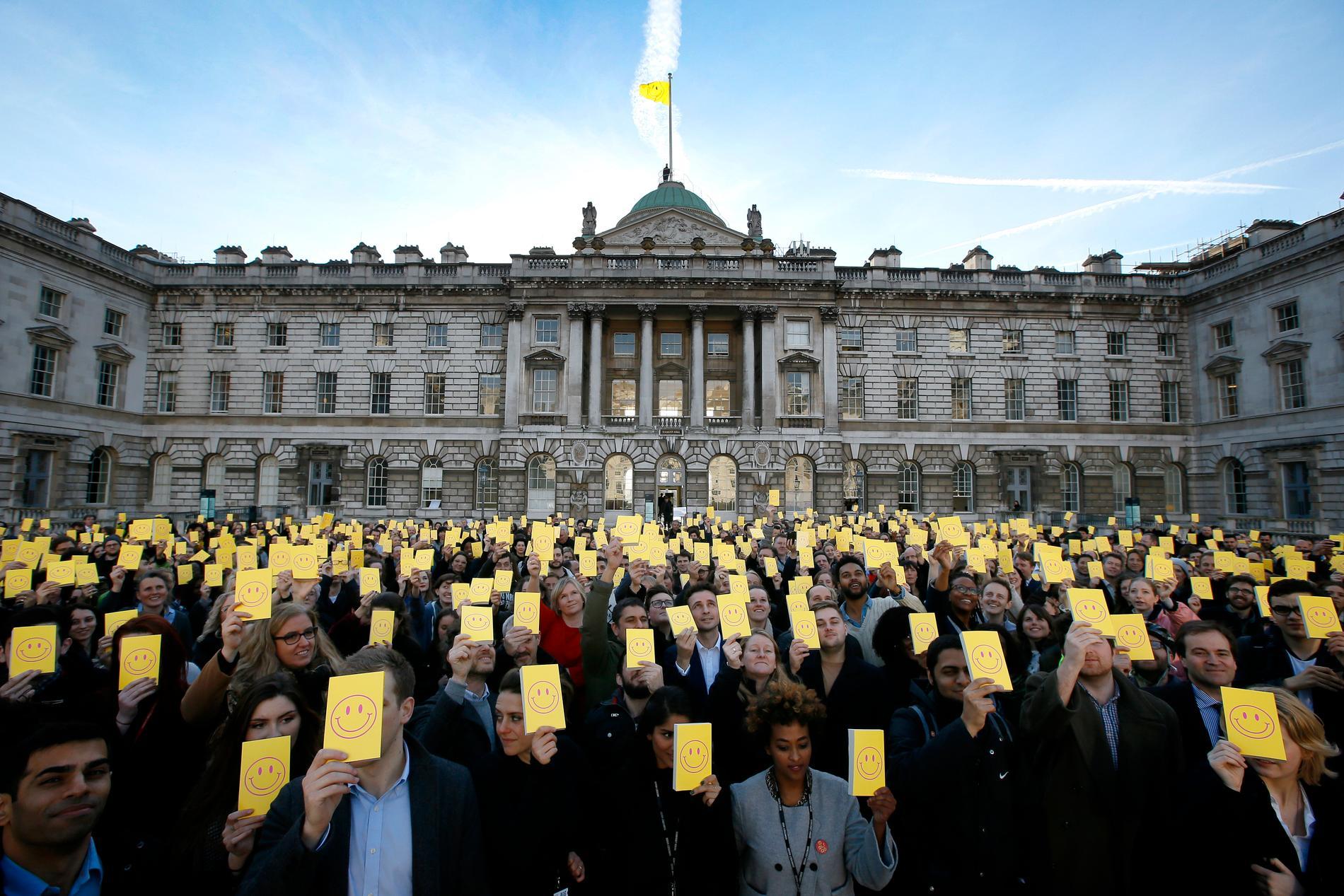"""2016 var det 500 år sedan Thomas Mores """"Utopia"""" utkom, och här samlades människor vid Somerset House i London och höll upp sitt exemplar."""