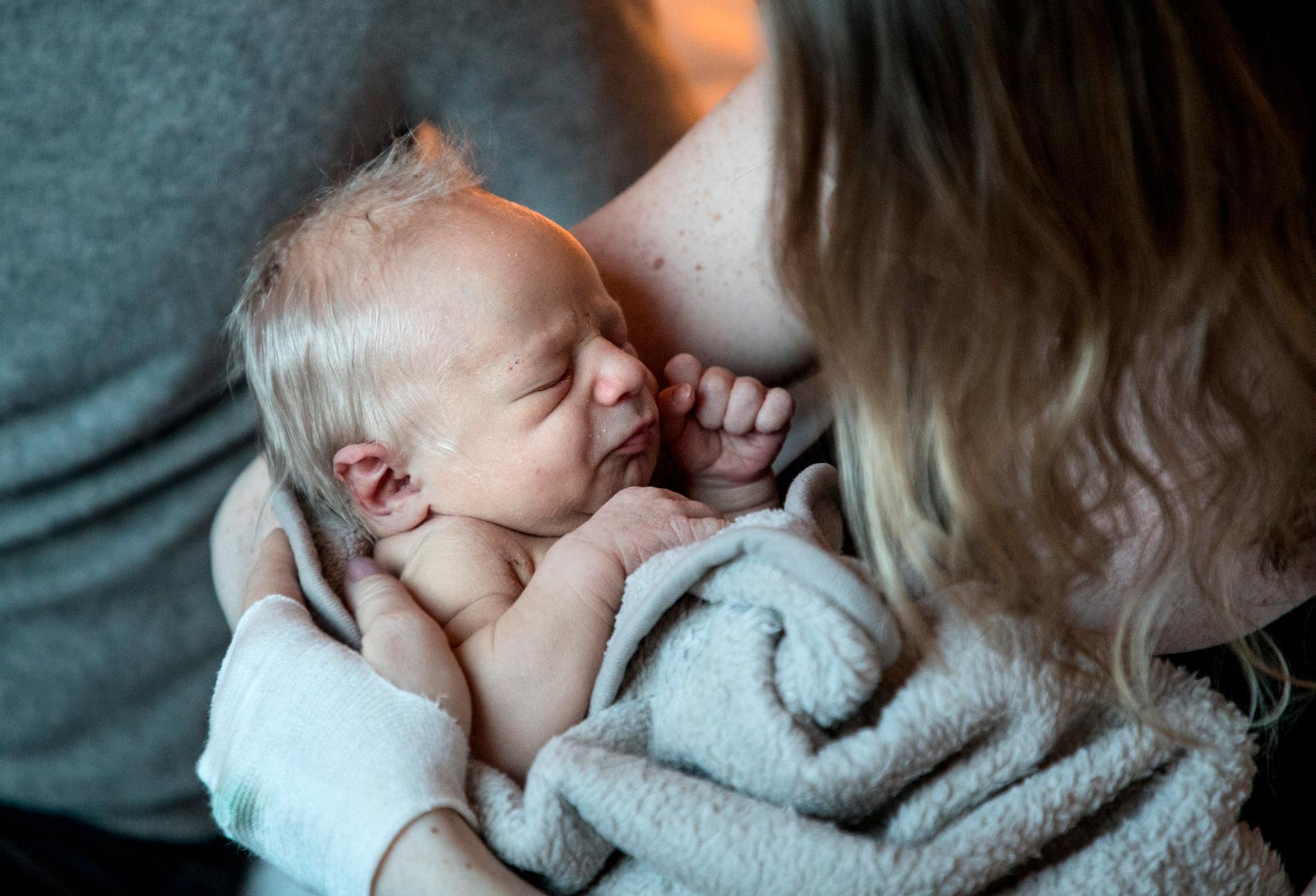 Barnmorskor får bryta sin semester för att förlossningsklinikerna ska ha tillräckligt med personal under sommaren. Arkivbild.