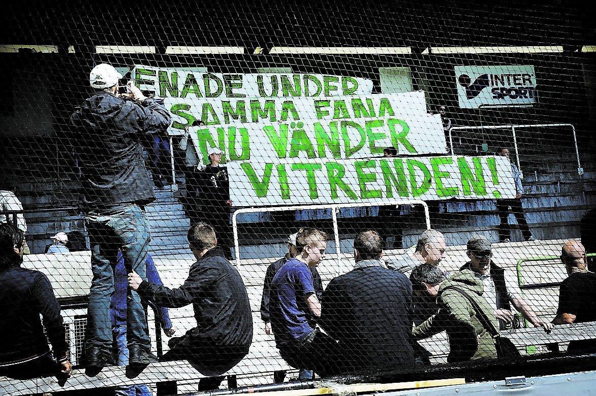 STÖTTAR Hammarbys supportrar hängde upp en banderoll under gårdagens träning för att visa sitt stöd för laget.