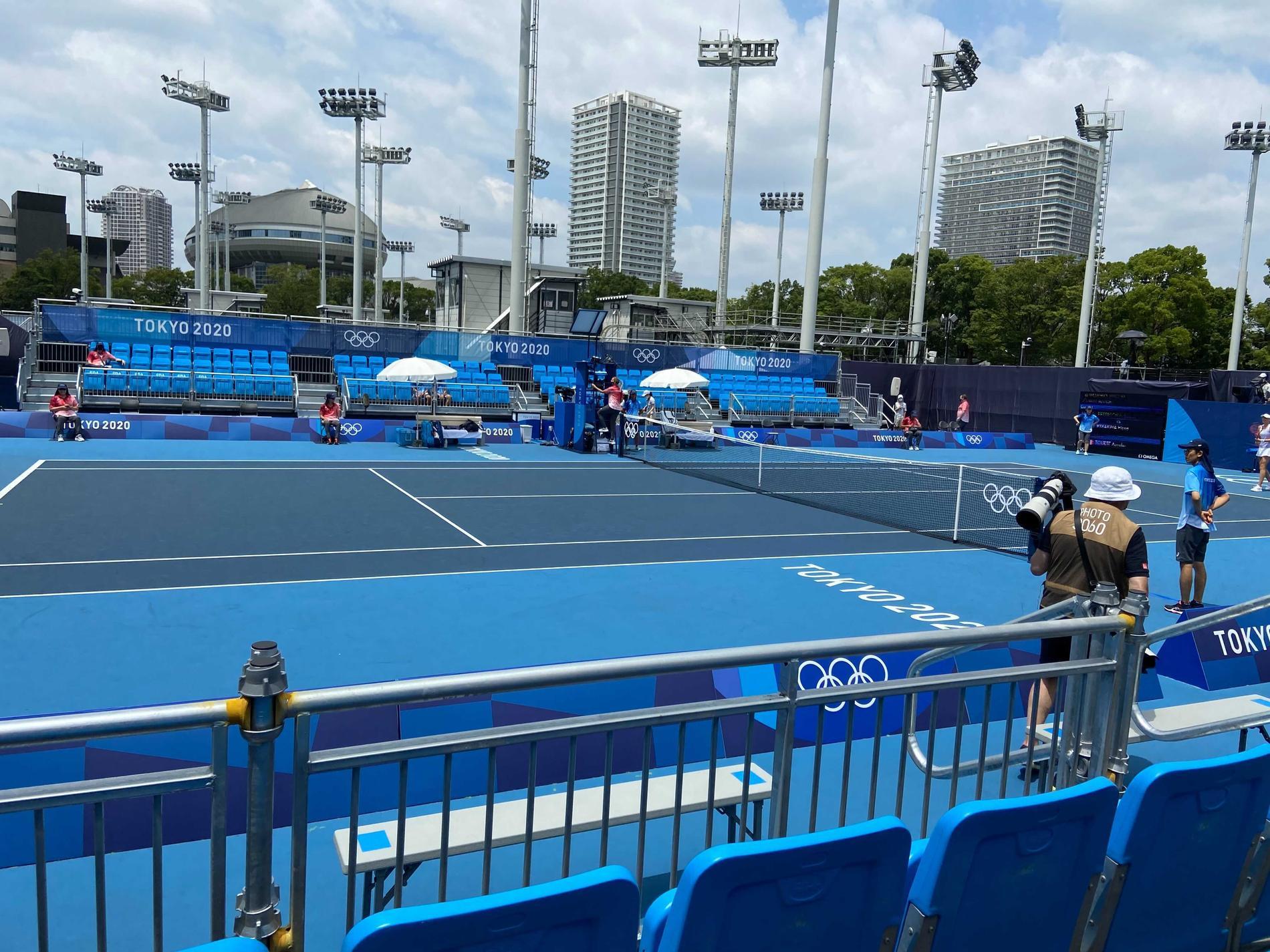 Klarblå himmel över tenniscourten under måndagen när Rebecca Peterson spelade tennis. Likväl fanns en oro i arrangörslandet över den annalkande tyfonen. Som alltid när tyfoner är annalkande.