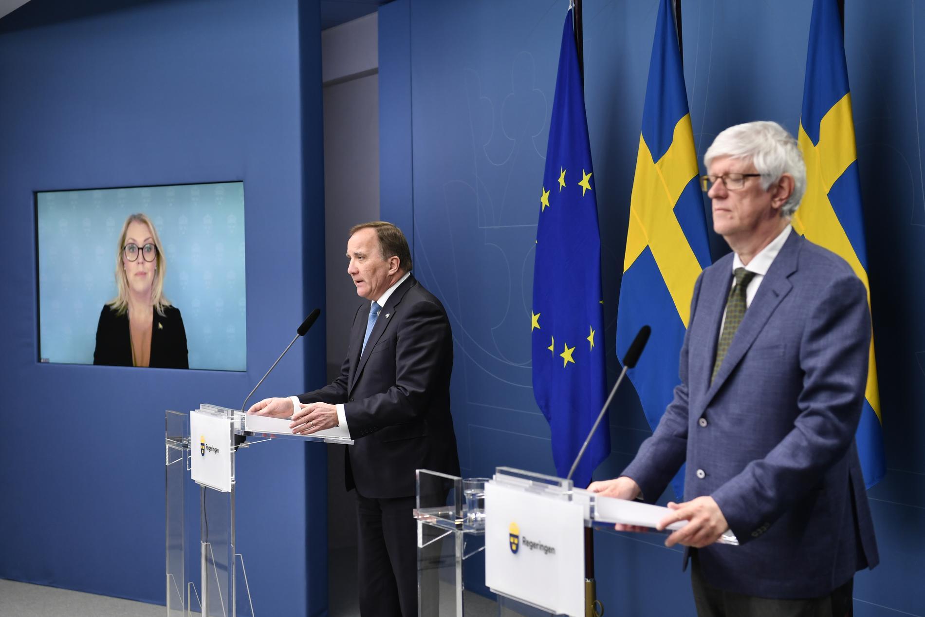 Socialminister Lena Hallengren (S), statsminister Stefan Löfven (S) och Folkhälsomyndighetens generaldirektör Johan Carlson ger nya besked om coronarestriktioner i dag. Arkivbild.