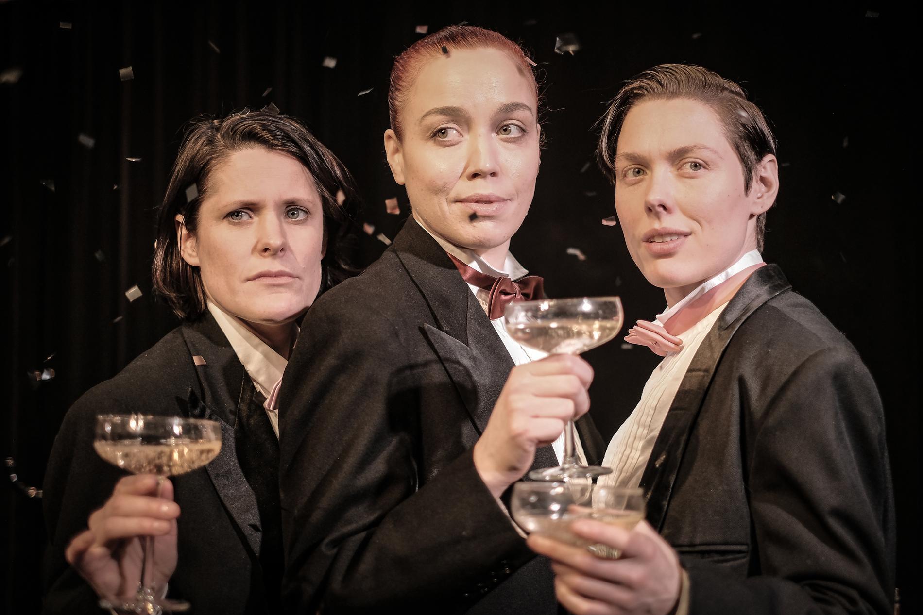 Malin Tengvard, Lidia Bäck och Madeléne Evertsson sjunger kapitalismens lovsång på Teater Tribunalen.