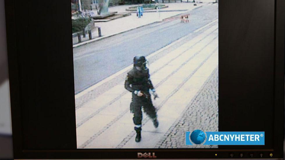 Övervakningsbilder visar hur Anders Behring Breivik springer från sin egen bomb i Oslo.