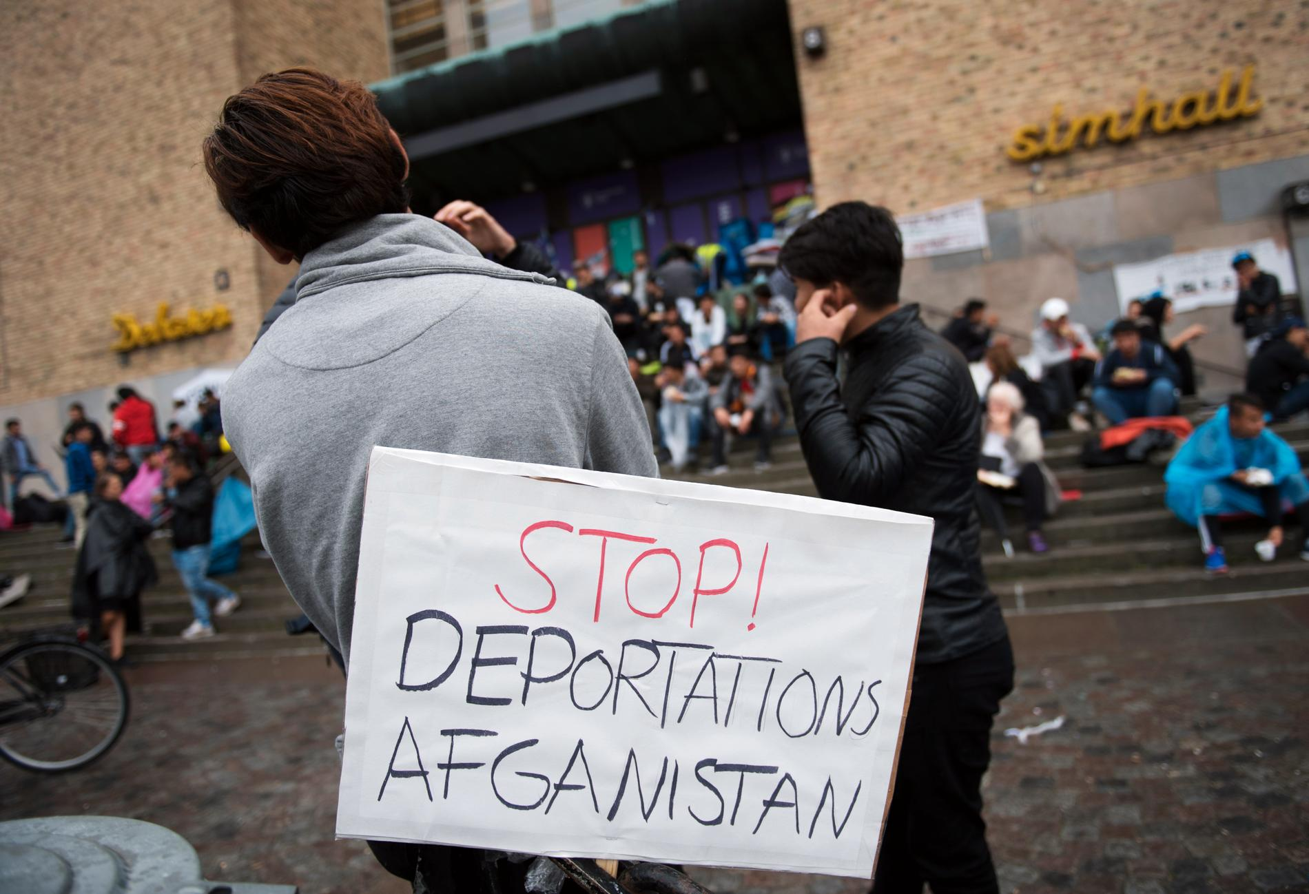 Många ensamkommande afghaner uppger att de mår psykiskt dåligt i en enkätundersökning. Bilden är från en manifestation i Stockholm i augusti där ensamkommande asylsökande krävde ett stopp på utvisningarna till Afghanistan, och har ingen anknytning till enkäten. Arkivbild.