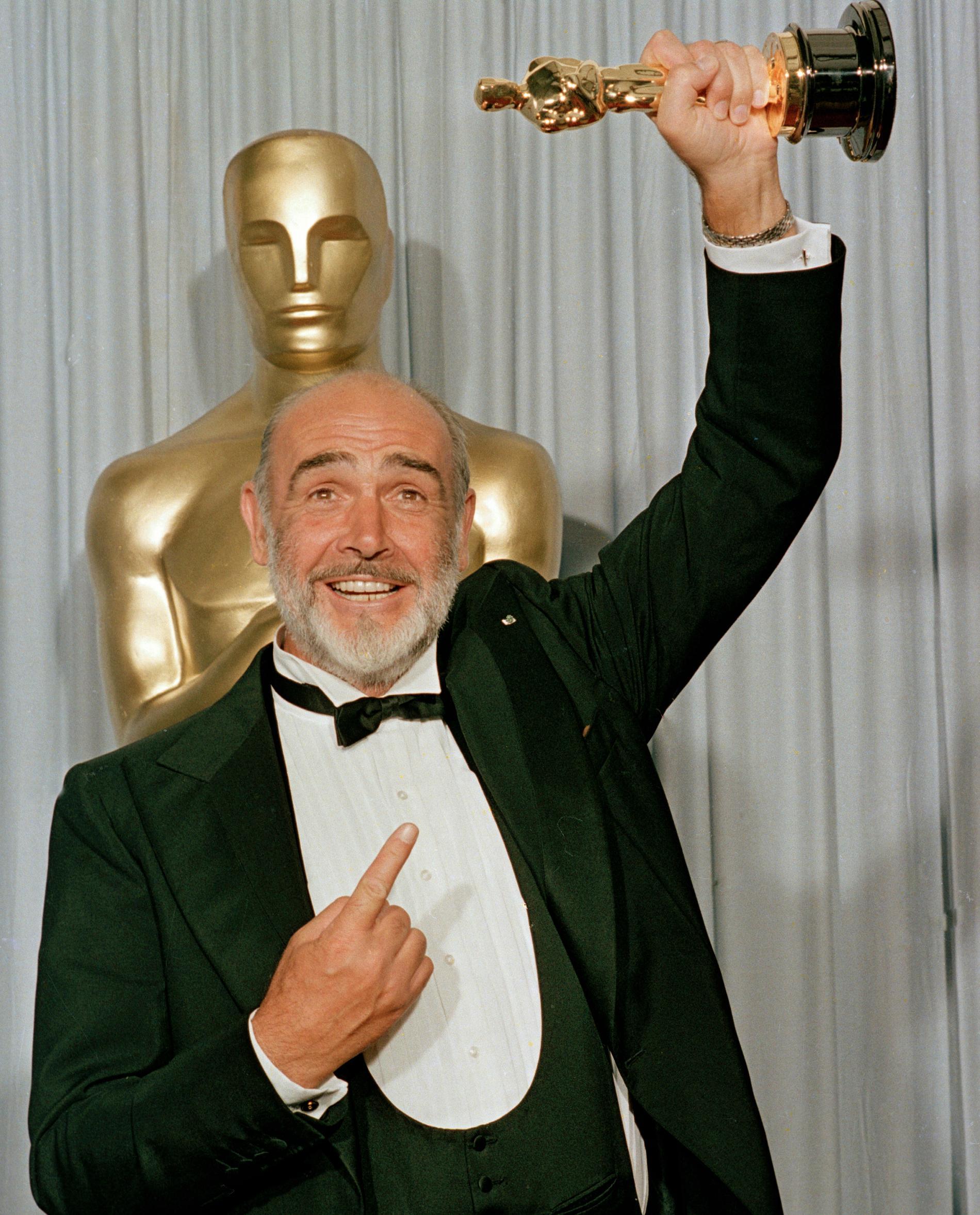 """Sean Connery 1988 med sin Oscar för """"De omutbara""""."""