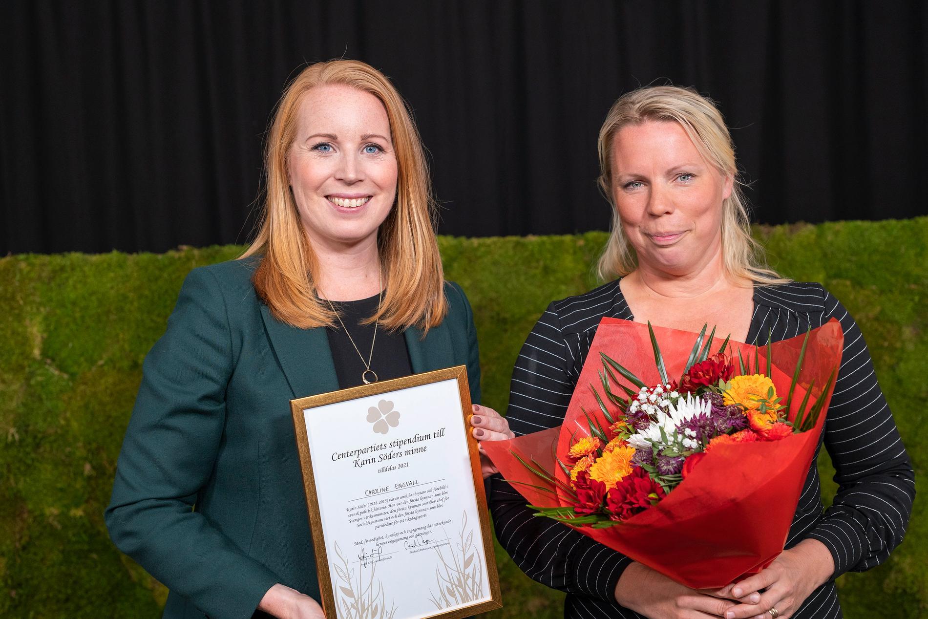 Annie Lööf överlämnar Karin Söder-stipendiet till journalisten och författaren Caroline Engvall.