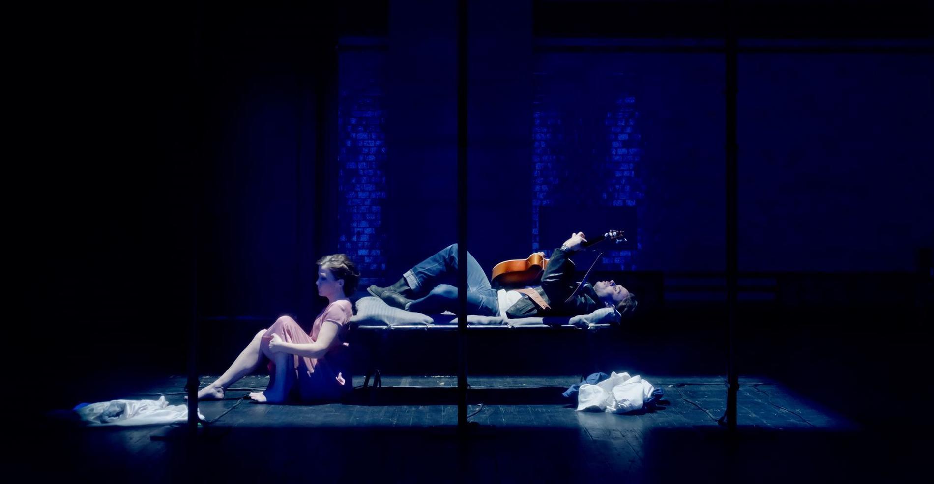Sofi Helleday som Lady och Björn Bengtsson som Val i Orfeus stiger ner på Dramatens Elverket