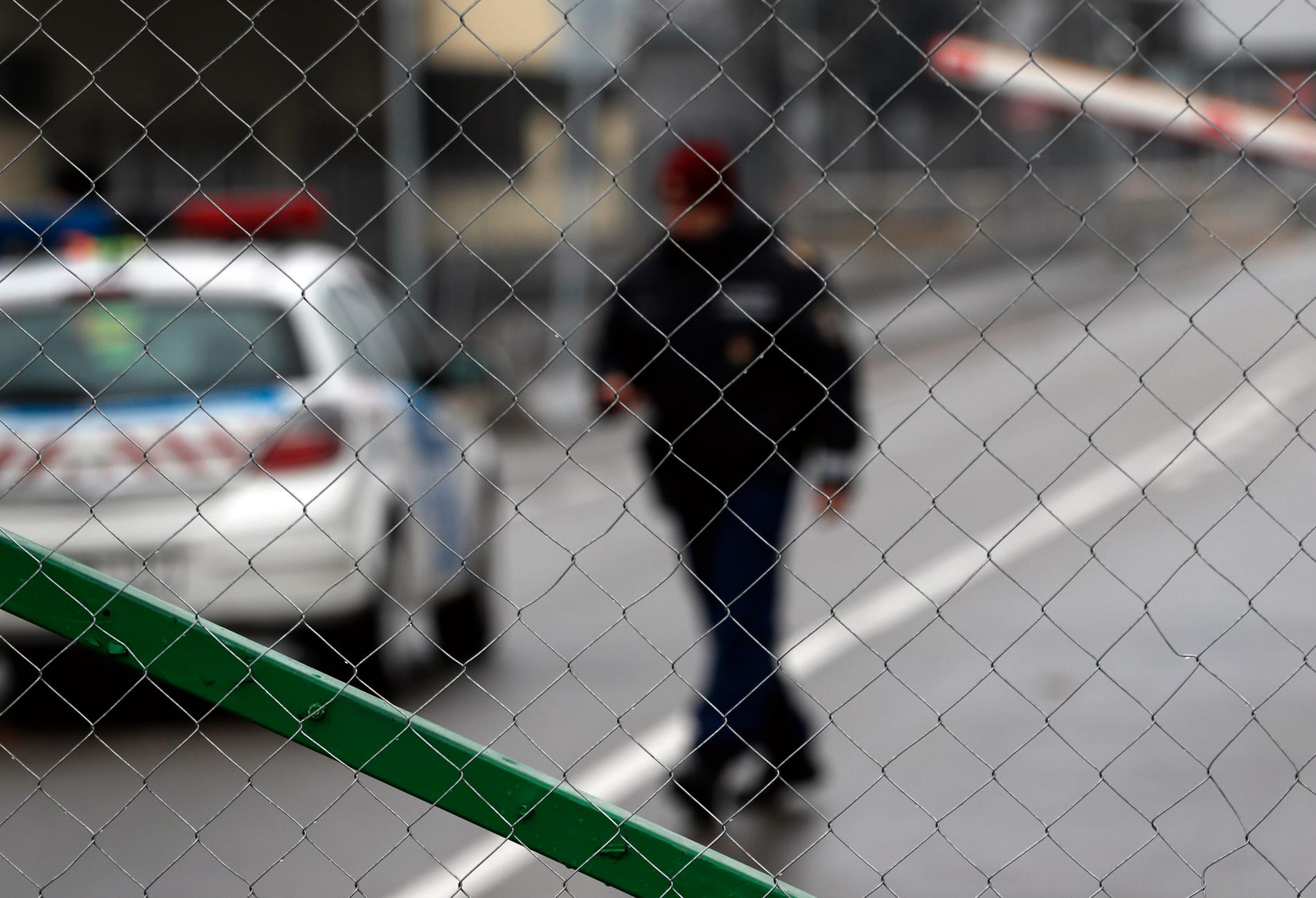 En ungersk vakt vid en gränsövergång mellan Ungern och Serbien i början av året. Arkivbild.