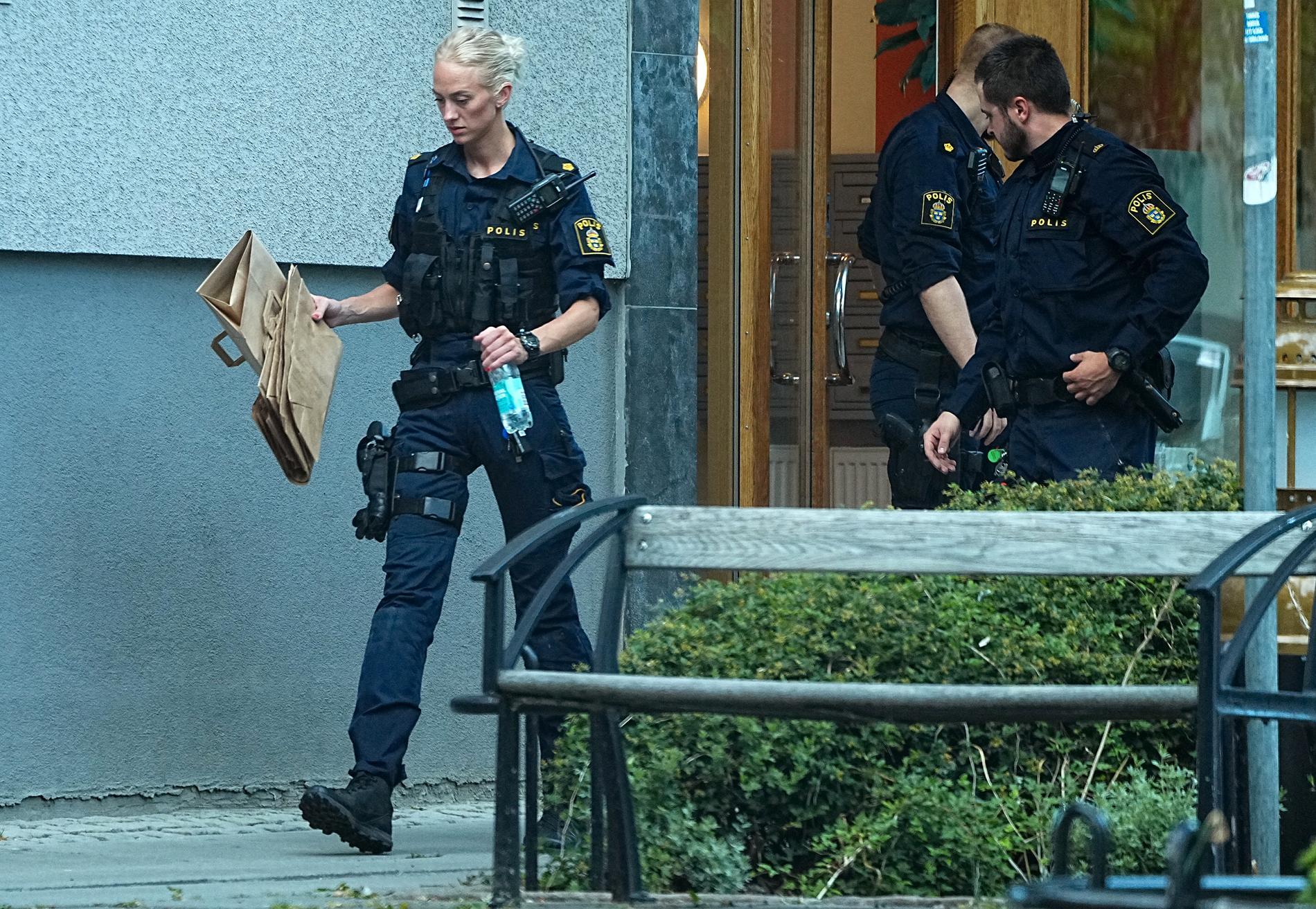 Polisen genomför en husrannsakan i Upplands Väsby i jakten på gärningsmännen.
