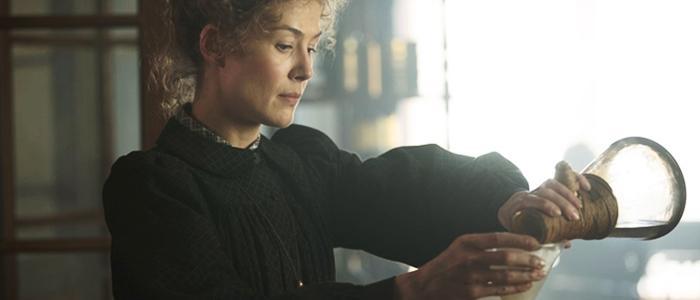 """Rosamund Pike i """"Marie Curie""""."""