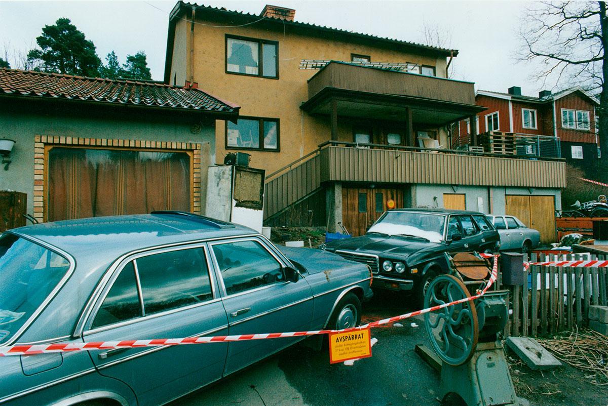 Avspärrningar utanför Kurt Hellströms hem efter mordet 1992.
