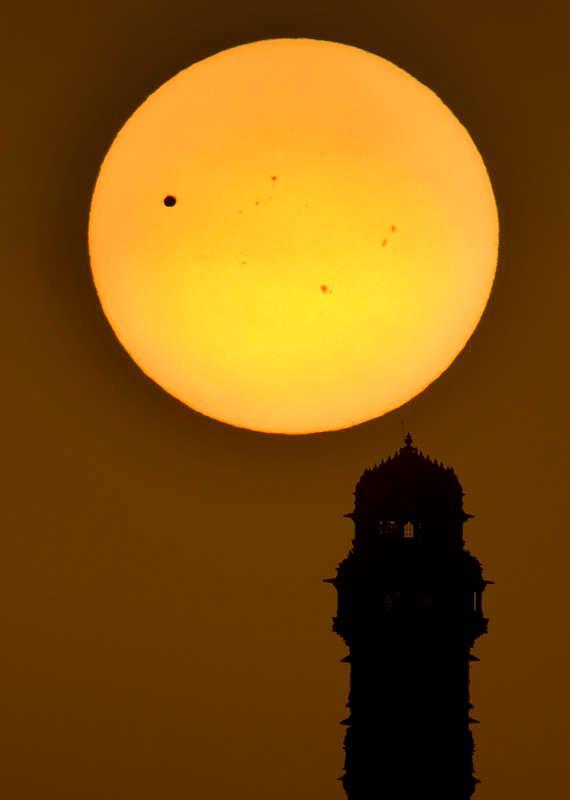 Venus passerar framför solen ovanför Indien. Arkivfoto 2016.