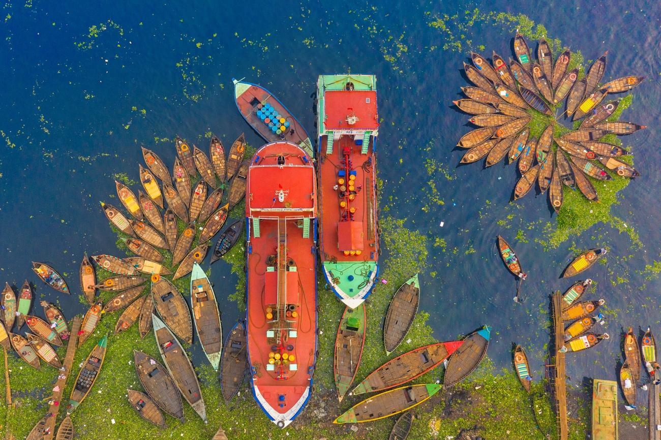 """""""En bild från floden Burigangas strand under coronapandemin i Bangladesh. Dessa båtar och fartyg används vanligtvis för att frakta människor och gods över floden."""""""