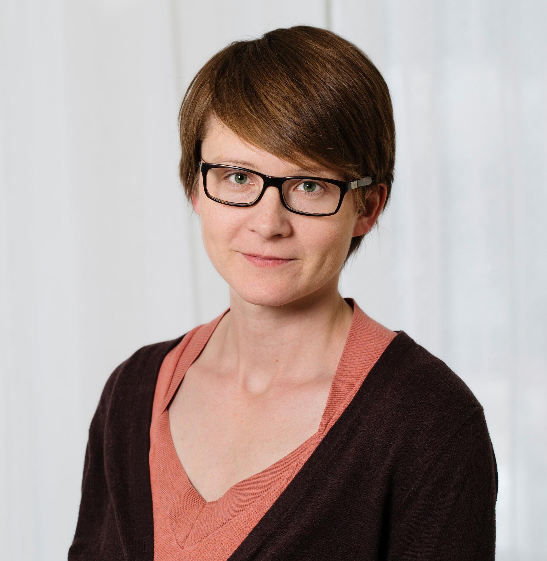 AnnaSara Carnahan, epidemiolog på Folkhälsomyndigheten, bevakar spridningen av RS-virus som ökat under sommaren som vanligtvis är lågsäsong. Myndigheten startar nu sin heltäckande bevakning av smittspridningen tidigare än vanlig.