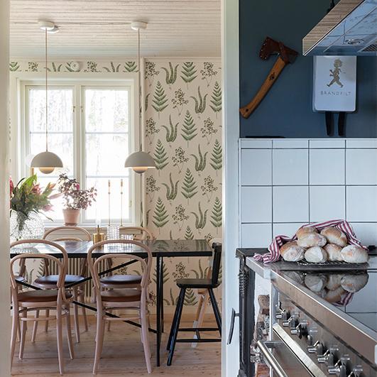 """I köket har man satt in både en spis med dubbla ugnar och en gammaldags vedspis som man eldar mycket i under den kalla årstiden. """"Vi gillar att laga mat och baka, så köket är det rum vi använder mest""""."""