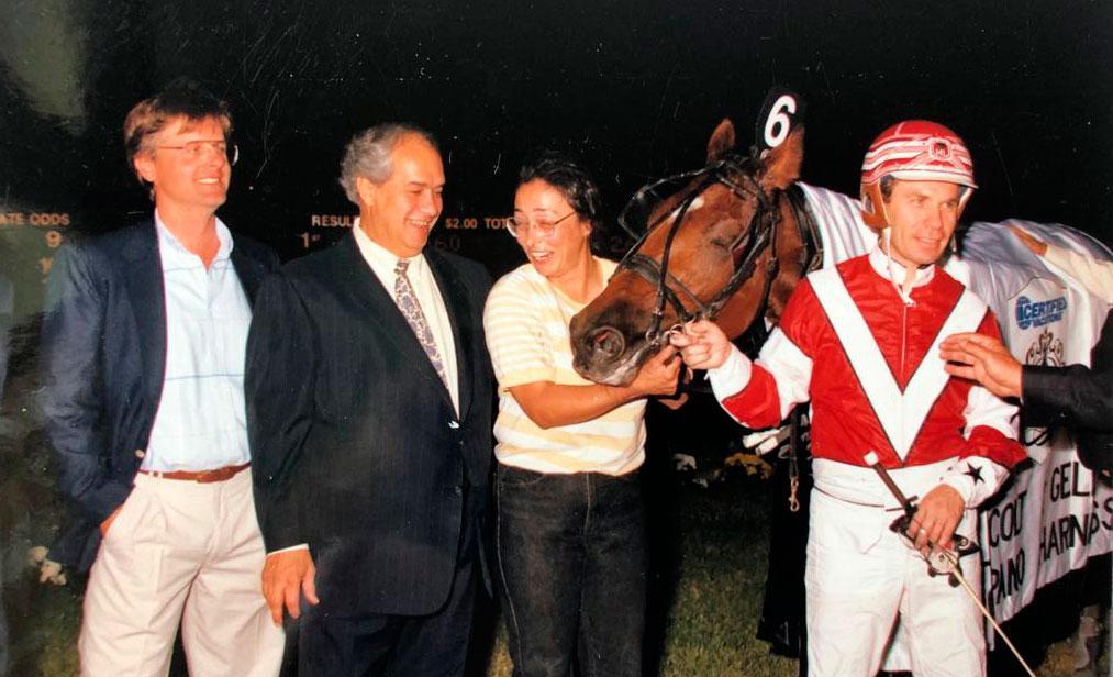Jerry Riordan, Lou Guida, Mack Lobells ägare och kusken Mike LaChance efter Embassy Lobells Breeders Crown-seger.