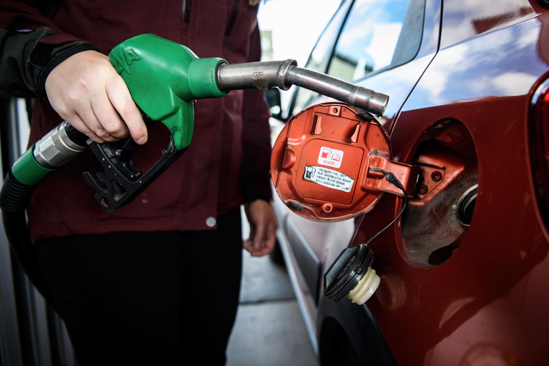Att sänka bensin- och dieselskatten är inte ett dugg klimatsmart, skriver Lena Mellin.