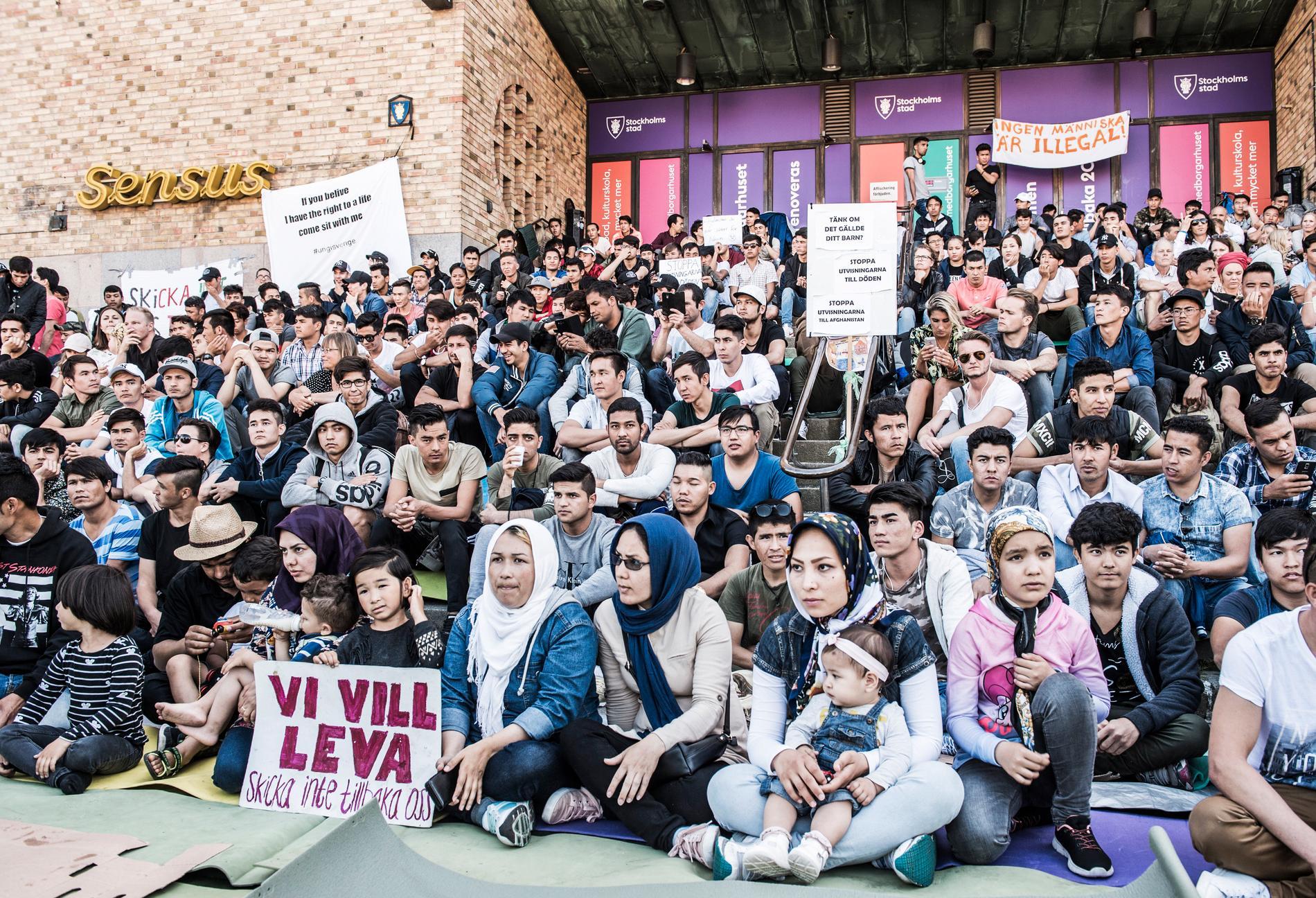 Ensamkommande asylsökande manifesterade på Medborgarplatsen förra sommaren för att stoppa utvisningarna till Afghanistan.