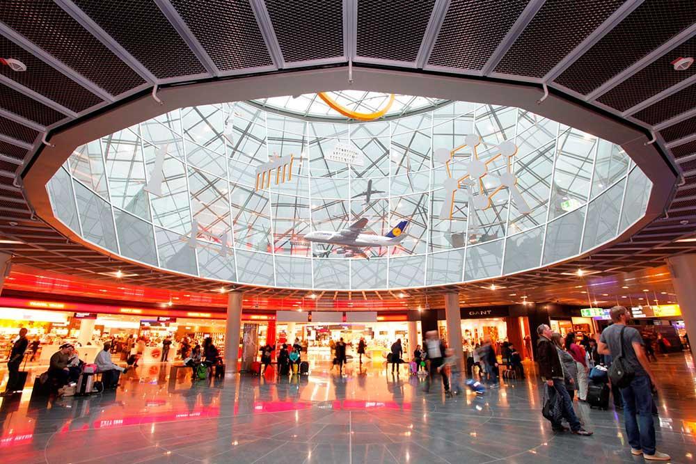 Atrium på Pir A på Frankfurts flygplats.