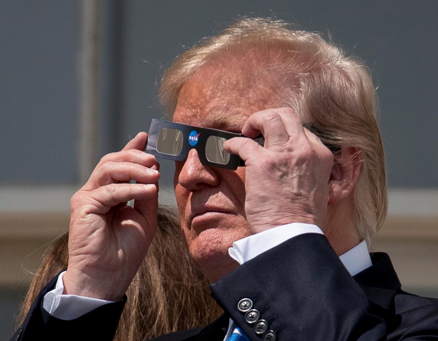 En total solförmörkelse inträffade i USA 2017. Trump tog vid ett tillfälle av sig de skyddande solglasögonen, vilket ledde till en del reaktioner.