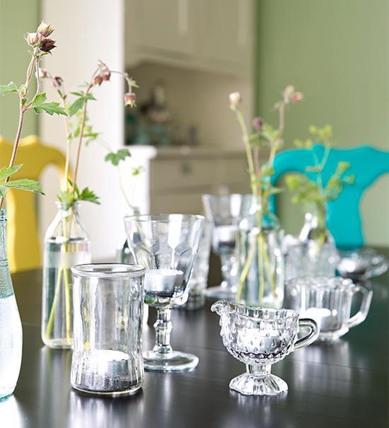 Att återvinna och hitta nya användningsområden är Anna expert på, här har olika likörglas och glaskannor bli - vit småvaser och ljuslyktor.