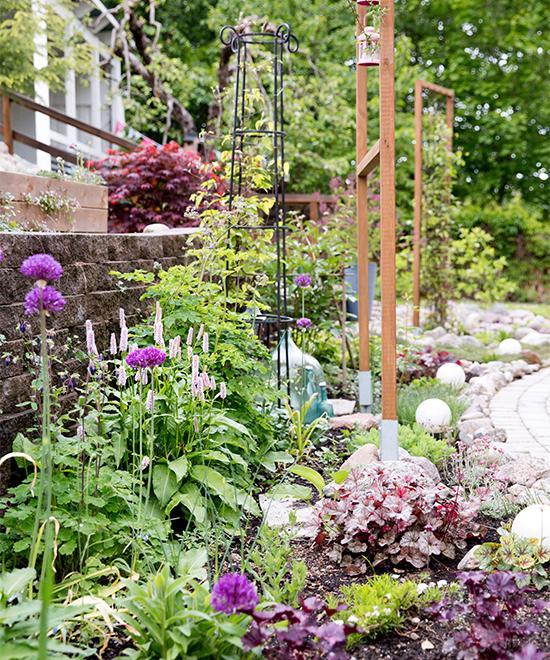 I trädgården är det också färgkoordinerat i starka kulörer.