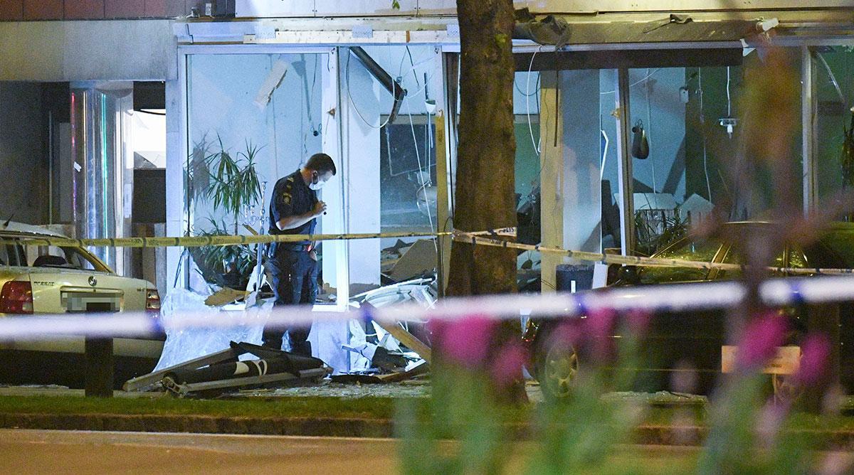 Nationella bombskyddet på plats efter en explosion i entrén till en restaurang i centrala Malmö natten till lördagen.