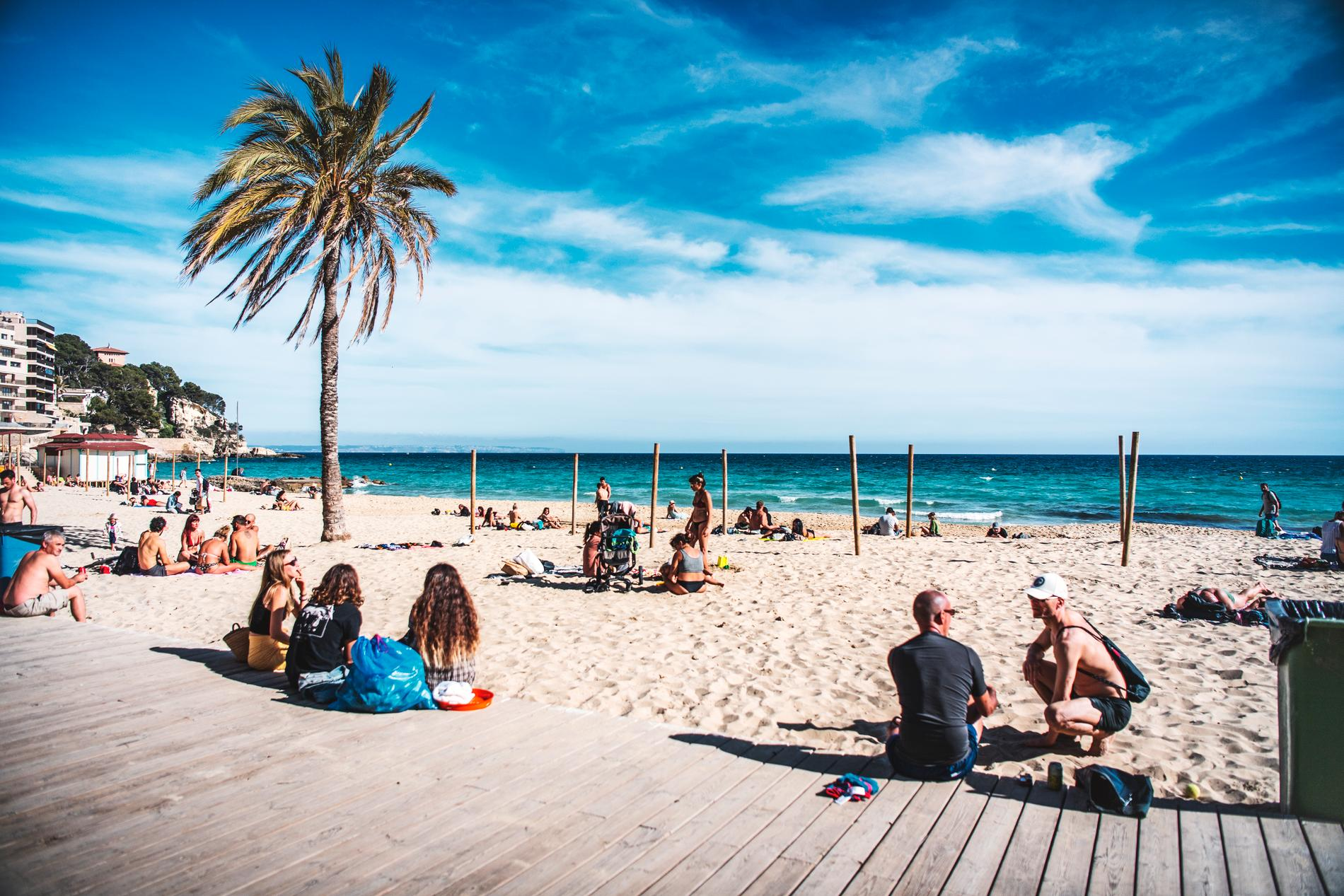 Resa på semester under coronapandemin. Stranden i Cala Major, Palma, Mallorca, Spanien.